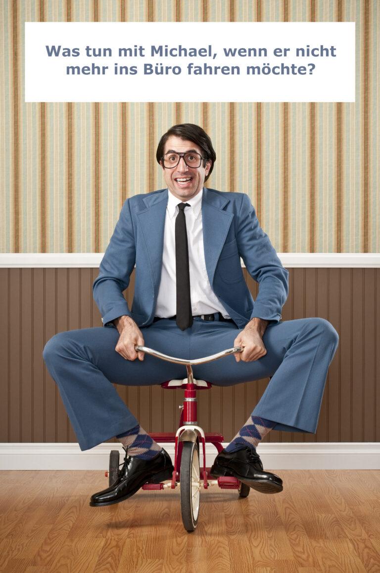 Michael fährt auf Fahrrad in das Büro
